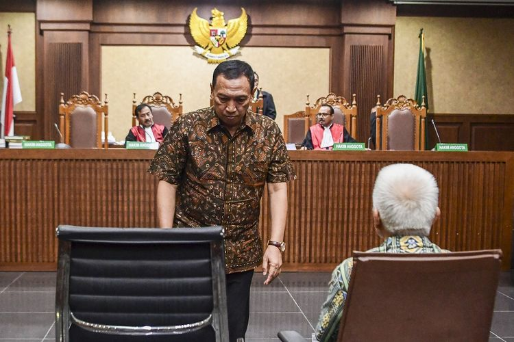 Sekjen Komite Olahraga Nasional Indonesia (KONI) Ending Fuad Hamidy  (kiri) dan Bendahara KONI Johnny E Awuy (kanan) selaku terdakwa menjalani sidang dengan agenda pembacaan tuntutan di Pengadilan Tipikor, Jakarta, Kamis (9/5/2019). Jaksa Penuntut Umum menuntut Ending empat tahun penjara dengan denda Rp150 juta subsider enam bulan kurungan dan Johnny dituntut dua tahun penjara dengan denda Rp100 juta subsider tiga bulan kurungan karena dianggap memberi suap kepada Deputi IV Kemenpora Mulyana untuk mempercepat pencairan dana hibah yang diajukan KONI ke Kemenpora. ANTARA FOTO/Hafidz Mubarak A/hp.