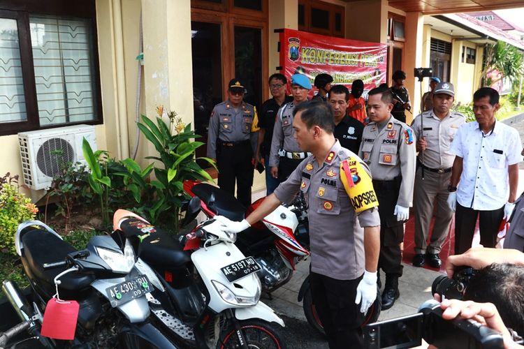 Kapolres Ngawi AKBP Pranatal Hutajulu memperlihatkan barang bukti hasil kejahatan komplotan begal yang meresahkan warga Kabupaten Ngawi.