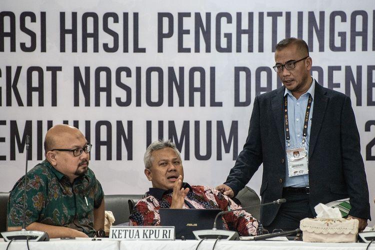 Ketua KPU Arief Budiman (tengah), para Komisioner KPU Hasyim Asyari (kanan) dan  Ilham Saputra (kiri) berbincang di sela Rapat Pleno Rekapitulasi Hasil Penghitungan dan Perolehan Suara Tingkat Nasional Dalam Negeri dan Penetapan Hasil Pemilu 2019 di kantor KPU, Jakarta, Rabu (15/5/2019). Komisi Pemilihan Umum (KPU) kembali menggelar rapat pleno tersebut untuk tujuh provinsi diantaranya Aceh, Sumatra Barat, Kepulauan Riau, Jawa Tengah, Banten, NTB, dan Sulawesi Tenggara. ANTARA FOTO/Aprillio Akbar/hp.