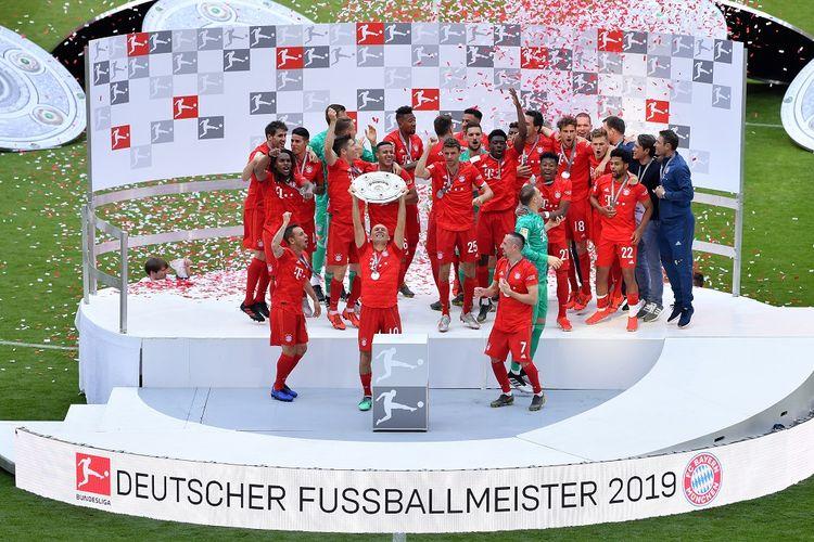 Para pemain Bayern Muenchen merayakan gelar juara Liga Jerman seusai laga versus Eintracht Frankfurt di Allianz Arena dalam pertandingan Bundesliga 1, 18 Mei 2019.