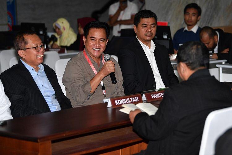 Wakil Ketua Tim Kampanye Nasional (TKN) Arsul Sani (kiri) bersama kuasa hukum Yusril Ihza Mahendra (tengah) dan Wakil Direktur Hukum dan Advokasi Juri Ardiantoro (kanan) berkonsultasi dengan petugas di Mahkamah Konstitusi (MK), Jakarta, Senin (27/5/2019). TKN mendatangi MK untuk meminta penjelasan tentang menjadi pihak terkait dalam permohonan gugatan Prabowo-Sandi terhadap hasil Pilpres 2019. ANTARA FOTO/Sigid Kurniawan/foc.