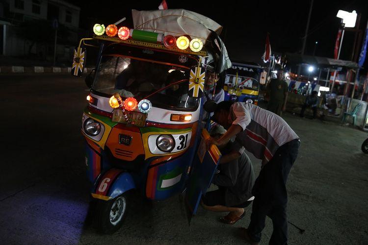 Pemudik yang memanfaatkan bajaj tengah beristirahat di SPBU Patrol, Kabupaten Indramayu, Sabtu (1/6/2019).