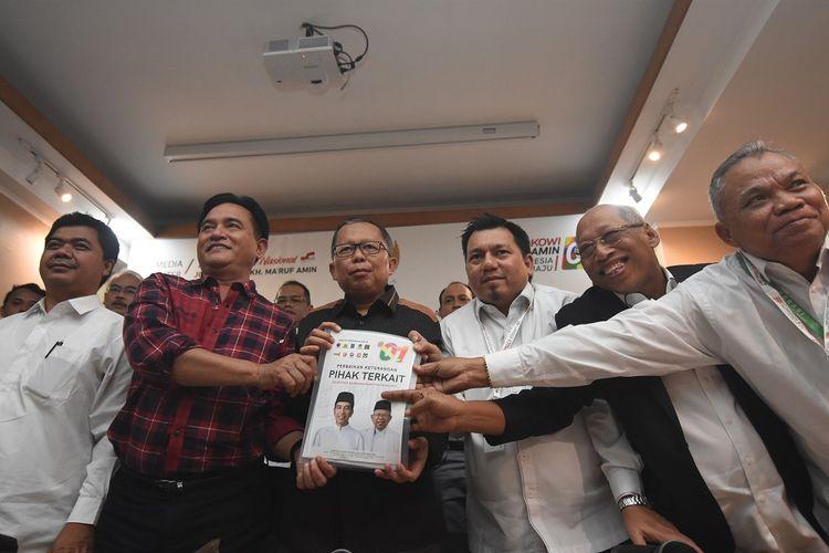 Ketua tim kuasa hukum capres dan cawapres 01, Yusril Ihza Mahendra (kedua kiri) bersama Direktur Hukum dan Advokasi Tim Kampanye Nasional (TKN) Joko Widodo-Maruf Amin, Ade Irfan Pulungan (ketiga kanan) dan Wakil Ketua Tim Kampanye Nasional (TKN) Jokowi-Maruf, Arsul Sani (ketiga) menunjukkan berkas perbaikan keterangan selaku pihak terkait dalam Sidang PHPU Pilpres 2019 saat konferensi pers perkembangan sidang tersebut di Rumah Pemenangan Cemara, Jakarta, Senin (17/6/2019). Tim kuasa hukum TKN dalam keterangannya menyikapi dalil-dalil bukti yang disampaikan Tim penasehat Hukum BPN Prabowo-Sandi pada sidang perselisihan hasil pemilihan umum (PHPU) Jumat (14/6) lalu, serta akan mengajukan bukti baru dalam perkara PHPU ke Mahkamah Konstitusi. ANTARA FOTO/Indrianto Eko Suwarso/pras.
