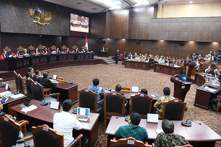 Suasana sidang lanjutan Perselisihan Hasil Pemilihan Umum (PHPU) Pilpres 2019 di gedung Mahkamah Konstitusi, Jakarta, Selasa (18/6/2019). Sidang tersebut beragendakan mendengarkan jawaban termohon, pihak terkait dan Bawaslu. ANTARA FOTO/Hafidz Mubarak A/wsj.