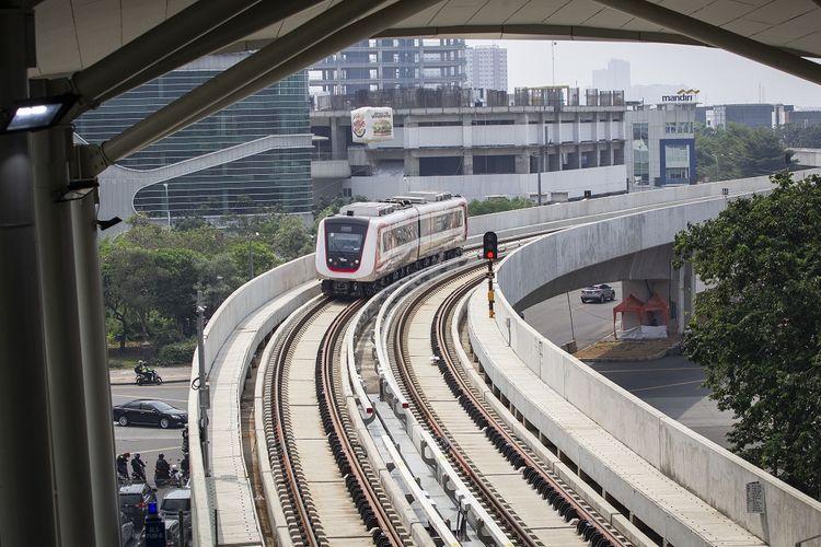 Kereta Light Rail Transit (LRT) melintas saat uji publik di kawasan Kelapa Gading, Jakarta, Selasa (11/6/2019). Uji publik yang terbuka untuk umum secara cuma-cuma ini akan berlangsung selama 11 hari atau sampai Jumat (21/6/2019) dengan waktu operasi kereta pukul 5.30-23.00 WIB. ANTARA FOTO/Dhemas Reviyanto/ama. *** Local Caption ***