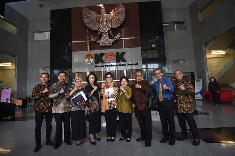 Wakil Ketua KPK Basaria Pandjaitan (tengah) dan Alexander Marwata (kedua kanan) berfoto bersama Ketua Pansel calon pimpinan KPK Yenti Garnasih (keempat kiri) dan anggota Harkristuti Harkrisnowo (keempat kanan), Diani Sadia Wati (ketiga kiri), Indriyanto Seno Adji (kanan), Al Araf (kiri), Mualimin Abdi (kedua kiri), dan Marcus Priyo Gunarto (ketiga kanan) seusai pertemuan di Gedung KPK, Jakarta, Rabu (12/6/2019). Panitia seleksi calon pimpinan KPK bertemu dengan pimpinan lembaga antirasuah tersebut untuk membahas terkait proses seleksi pimpinan KPK jilid V berikut rekam jejak para calon yang ikut seleksi. ANTARA FOTO/Indrianto Eko Suwarso/aww.
