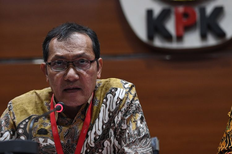 Wakil Ketua KPK Saut Situmorang memberikan tanggapan soal putusan Mahkamah Agung yang membebaskan terdakwa kasus korupsi Surat Keterangan Lunas (SKL) Bantuan Likuiditas Bank Indonesia (BLBI) Syafruddin Arsyad Temenggung di gedung KPK, Jakarta, Selasa (9/7/2019). KPK menyatakan akan melakukan upaya hukum biasa maupun luar biasa serta akan terus mengusut dugaan kerugian keuangan negara sebesar Rp4,58 triliun dalam perkara BLBI. ANTARA FOTO/Akbar Nugroho Gumay/wsj.