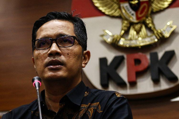 Juru Bicara KPK Febri Diansyah memberikan keterangan pers terkait penetapan tersangka kasus dugaan korupsi, di Gedung KPK, Jakarta, Selasa (25/6/2019). KPK kembali menetapkan Bupati Bogor periode 2009-2014, Rachmat Yasin sebagai tersangka dari pengembangan perkara dugaan korupsi pemotongan uang sebesar Rp8.931.326.223 serta penerimaan gratifikasi berupa tanah seluas 20 hektare di Jonggol dan mobil Toyota Velfire senilai Rp825.000.000. ANTARA FOTO/Rivan Awal Lingga/ama.