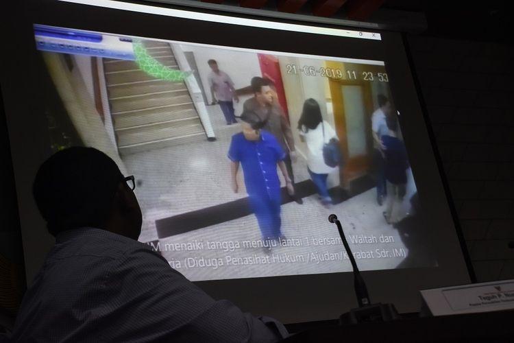 Kepala Perwakilan Obudsman Jakarta Raya Teguh P. Nugroho menunjukkan rekaman CCTV tahanan KPK Idrus Marham yang tidak mengenakan borgol saat menyampaikan Laporan Hasil Pemeriksaan Kasus Maladministrasi Pengawalan Tahanan KPK Idrus Marham di gedung Ombudsman RI, Jakarta, Selasa (16/7/2019). Dalam laporannya Ombudsman menyampaikan beberapa temuan maladministrasi pengawalan KPK terhadap terpidana kasus korupsi Idrus Marham saat berobat ke RS MMC, Jakarta, serta menunjukkan rekaman CCTV yang memperlihatkan pengawal tahanan KPK berinisial M diduga menerima sejumlah uang dari seseorang saat mengawal Idrus Marham tersebut. ANTARA FOTO/Indrianto Eko Suwarso/aww.
