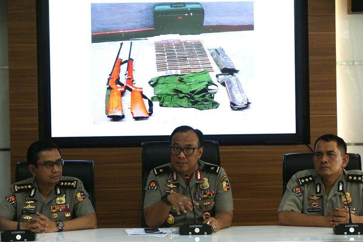 Karopenmas Divisi Humas Polri Brigjen Pol Dedi Prasetyo (tengah),  Kabag Penum Divisi Humas Polri Kombes Pol Asep Adi Saputra (kiri) dan Anjak Madya Divisi Humas Polri AKBP Muhammad Iqbal Alkudusi (kanan)  memberikan keterangan pers pengungkapan kasus tindak pidana terorisme di Divhumas Polri, Jakarta, Selasa (23/7/2019). Tim Detasemen Khusus 88 Antiteror Polri berhasil meringkus seorang anggota Jamaah Ansharut Daulah (JAD) Sumatera Selatan bernama Novendri alias Abu Zahran alias Abu Jundi di Padang, Sumatera Selatan pada 18 Juli 2019 lalu yang merupakan salah satu bendahara JAD Indonesia yang bertugas mengatur pergerakan keuangan JAD. ANTARA FOTO/Reno Esnir/pd.