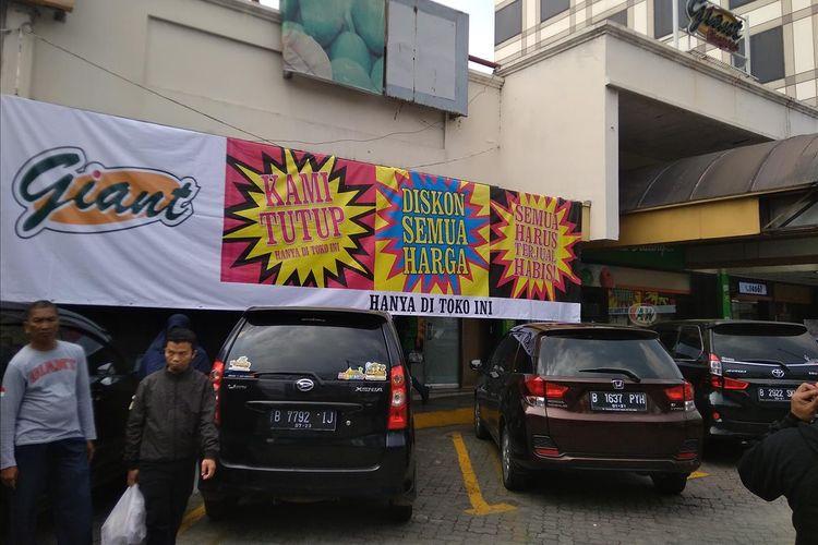 Kondisi Giant Ekspress Mampang Prapatan Jakarta yang tebar diskon karena ingin menutup beberapa tokonya, Minggu (23/6/2019).