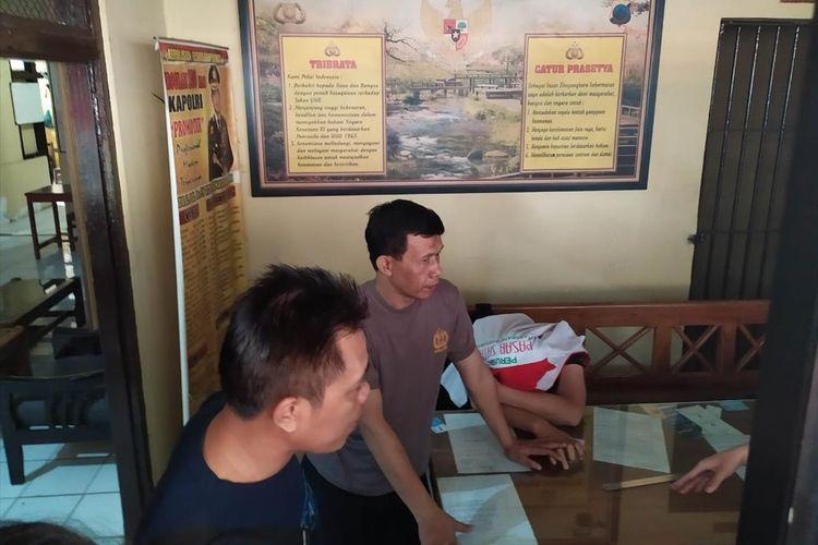 Terduga pelaku pencurian di kios pedagang Pasar Karanglewas, FS (22) diamankam di Mapolsek Purwokerto Barat, Kabupaten Banyumas, Jawa Tengah, Senin (8/7/2019)