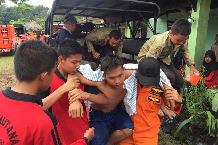 Petugas Basarnas mengevakuasi siswa SMK Kehutanan Pekanbaru dalam kondisi lemas, setelah tersesat dikawasan hutan Taman Nasional Bukit Tiga Puluh, Kabupaten Inhu, Riau