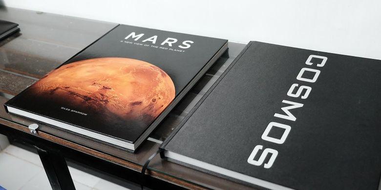 Beberapa koleksi buku penggiat space art asal Indonesia Venzha Christ yang berada di rumahnya.