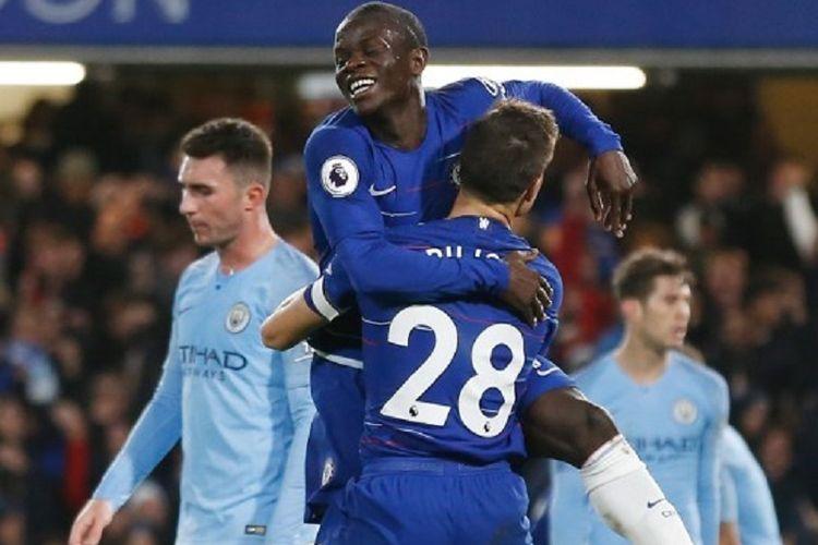 NGolo Kante merayakan golnya bersama Cesar Azpilicueta pada pertandingan Chelsea vs Manchester City di Stadion Stamford Bridge, 8 Desember 2018.