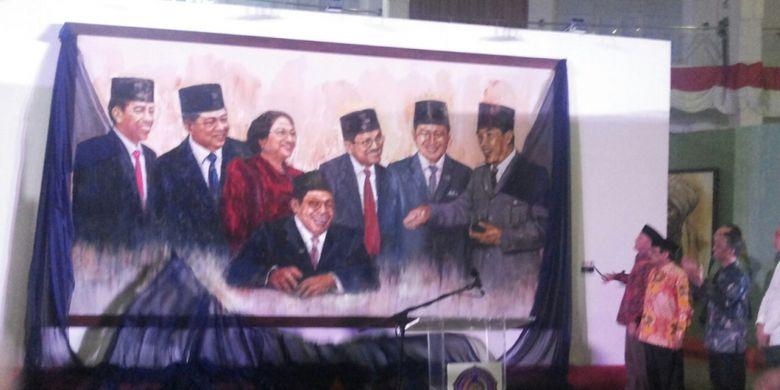 """Salah satu lukisan yang menyita perhatian pengunjung pameran lukisan """"72 Tokoh Indonesia & 7 Presiden RI"""" adalah lukisan berjudul """"Obrolan 7 Presiden"""". Berukuran 260 cm X 460 cm, lukisan tersebut memperlihatkan Presiden RI pertama hingga ketujuh terlibat obrolan dalam suasana santai."""