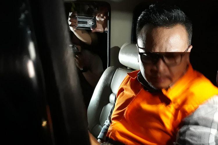 Irvanto Hendra Pambudi menaiki mobil tahanan seusai diperiksa di Gedung KPK Jakarta, Jumat (9/3/2018).