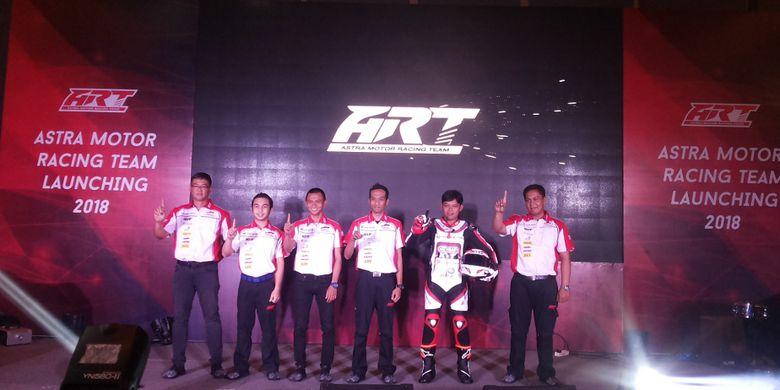 Sudharmono (paling kanan) bersama dengan rekan-rekannya sesama anggota Astra Motor Racing Team saat acara peluncuran tim formasi 2018 di Jakarta, Selasa (13/3/2018).