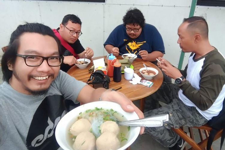 Menikmati bakso di rest area KM 626A, ruas tol Ngawi-Kertosono, Jawa Timur.