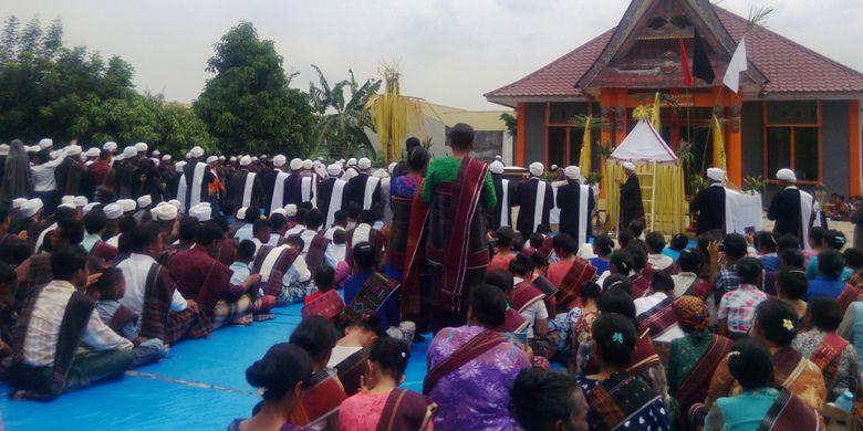 Ruas Parmalim, penganut agama leluhur Batak mengadakan ritual Sipaha Lima di Medan, Sabtu (8/7/2017)