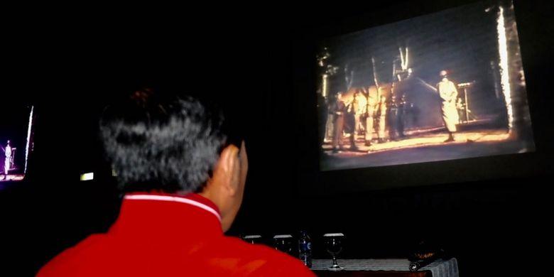 Presiden Joko Widodo, Jumat (29/9/2017) malam, ikut nonton bareng film G30S/PKI di halaman Markas Korem 061 Suryakencana, Bogor.