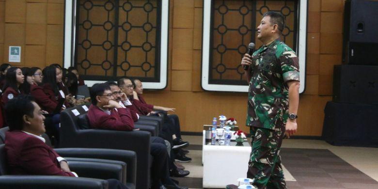 Danrem Wijayakrama Kodam Jaya Kolonel Kav. Agustinus Purboyo saat memberi kuliah umum membangun karakter kebangsaan di hadapan mahasiswa Universitas Tarumanagara (Untar), Jumat (30/11/2018) di auditorium kampus Untar.