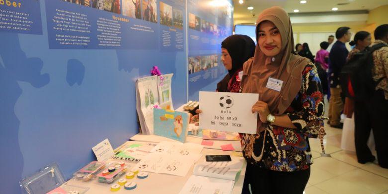 Elok Tri Lestari, Guru SDN 008 Baratan, Kabupaten Bulungan menunjukkan media sederhana yang Ia buat untuk membantu anak membaca. Media itu dipamerkan dalam kegiatan Temu INOVASI di Jakarta.