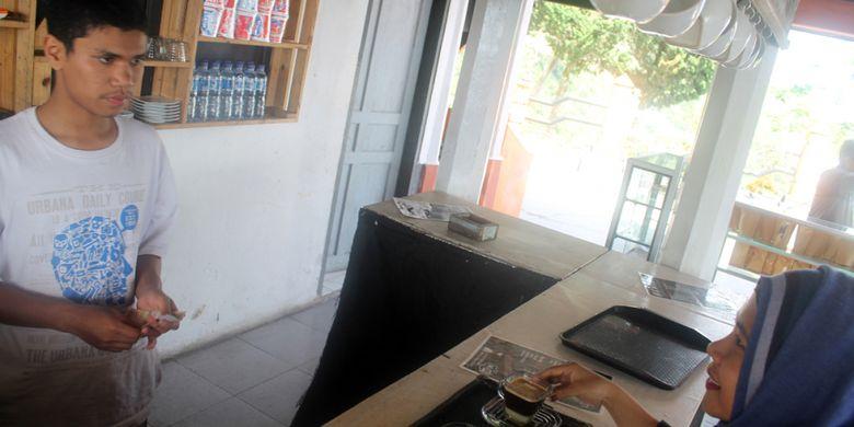Wisatawan memesan kopi di kafe dalam kompleks wisata Pantan Terong, di Desa Ulu Nuih, Kecamatan Bebesen, Kabupaten Aceh Tengah, Provinsi Aceh.