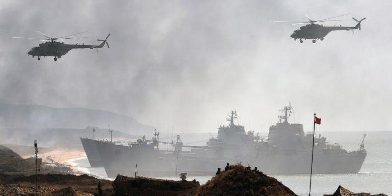 Sejumlah kapal perang dan helikopter militer Rusia dalam latihan di Semenanjung Crimea pada September 2016.
