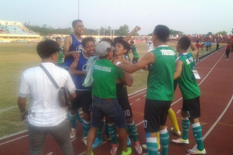 Para pemain Persik Kendal saat merayakan gol.