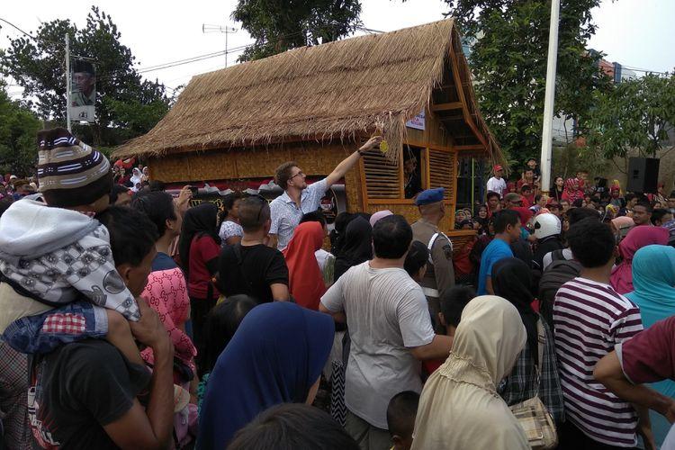 Kemeriahan peringatan Kemerdekaan RI ke-72 di Kabupaten Purwakarta. Tak hanya warga Purwakarta, wisatawan asing juga ikut dalam perayaan yang digelar Kamis (17/8/2017).