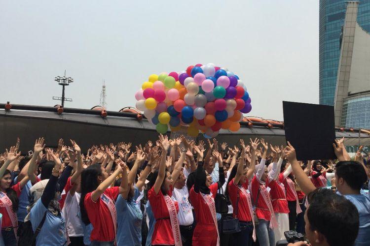 Finalis Puteri Pariwisata 2018, mahasiswa dan undangan World Tourism Day 2018 sedang membaca ikrarar Pemuda-Pemudi untuk pariwisata Indonesia di Sky Bridge Centra Park, Jakarta, Kamis (27/9/2018).