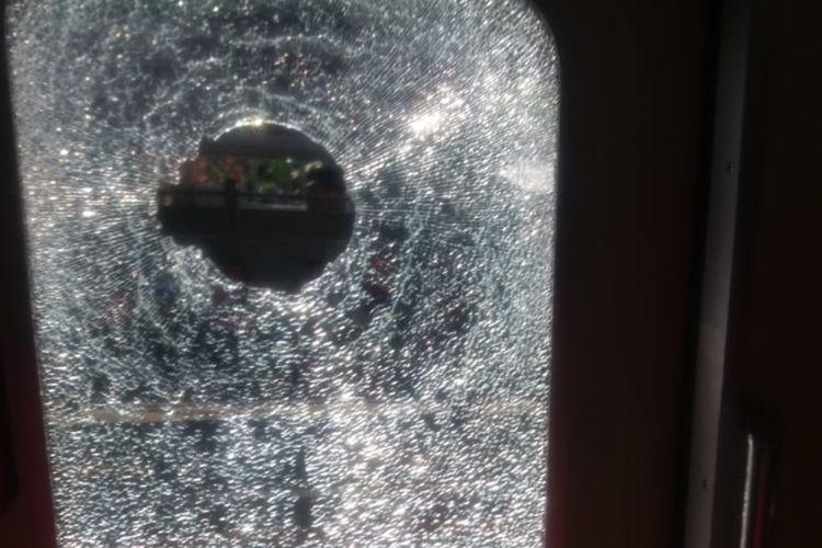 Kereta rel listrik (KRL) rute Bogor-Jatinegara yang sedang melintas di antara Stasiun Pasar Minggu dan Pasar Minggu Baru dilempari batu oleh orang tak dikenal pada Kamis (14/2/2019) pukul 14.55 WIB. Kejadian itu mengakibatkan kaca jendela kereta dengan nomor 1787/1788 pecah