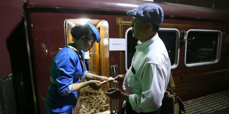 Aktivitas Pramugari kereta api wisata priority sesaat sebelum keberangkatan dari Jakarta menuju Jogjakarta di Stasiun Gambir, Jakarta, Jumat (4/8/2017). Kereta wisata kelas priority ini memiliki fasilitas antara lain Audio Visual On Demain (AVOD) di setiap kursi penumpang, Mini Bar, TV 52 Inch, Crew Khusus, Toilet Khusus dan Kursi yang lebih nyaman dari kelas eksekutif, harga tiket mulai dari Rp 750.000 sudah termasuk jasa restorasi 1x makan dan minum.