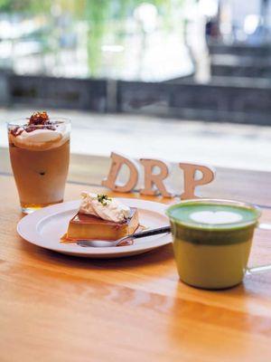 Menu kafe seperti pudding (¥507, bagian tengah), Green Tea Latte (¥702) dibuat dengan the hijau Ippodo Tea khas Kyoto, dan Caramel Latte (¥702)