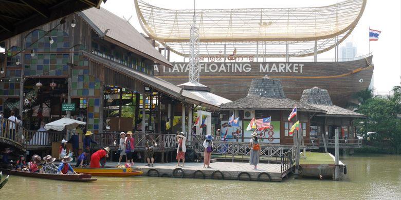 Peserta Cordela Vacation Trip to Thailand mengunjungi Pattaya Floating Market di Pattaya, Senin (5/2/2018).