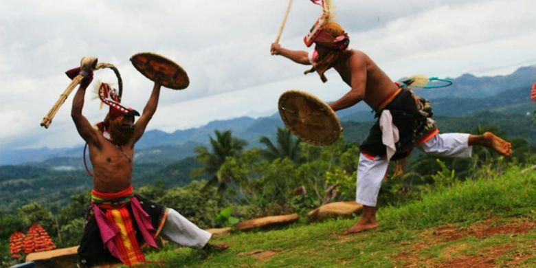Tarian Adat Caci yang bisa disaksikan wisatawan di Desa Adat Melo, Liang Ndara, Manggarai Barat, Pulau Flores, NTT, Rabu (29/11/2018).