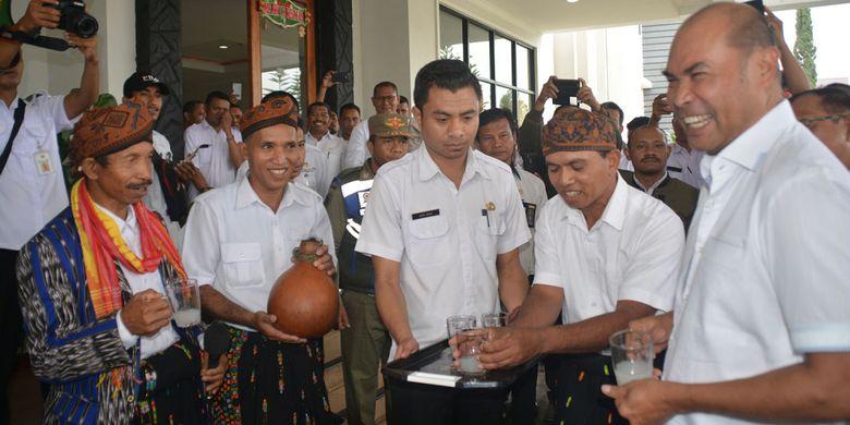 Gubernur NTT, Viktor Bungtilu Laiskodat menerima minuman tuak Raja khas Manggarai Raya di depan pintu Kantor Bupati Manggarai, Flores, Rabu (9/1/2019) dalam kunjungan perdananya di kabupaten tersebut.