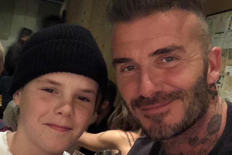 Bintang sepak bola David Beckham (kanan) dan putra ketiganya, Cruz.