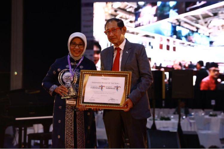 Penghargaan untuk Wonderful Indonesia diterima Staf Ahli Menteri Bidang Multikultural Kementarian Pariwisata Esthy Reko Astuty.
