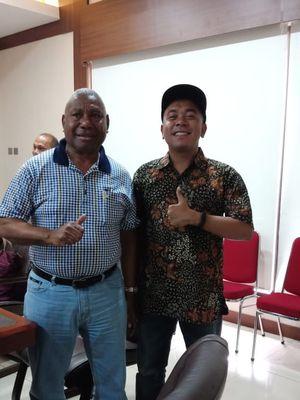 Dalam rapat persiapan kunjungan Gubernur Papua Barat bertemu dengan pemerintah dan tokoh swasta di Amerika Serikat yang akan dilakukan pada 7 - 12 Juni nanti, Gubernur Papua menggandeng Billy Mambrasar, tokoh muda yang mendorong semangat kewirausahaan di Papua dan Papua Barat.