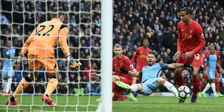 Joel Matip dan Sergio Aguero berduel saat Manchester City menjamu Liverpool dalam pertandingan Premier League di Stadion Etihad, Minggu (19/3/2017).