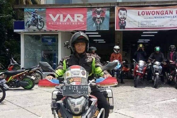 Gunadi saat singgah di Pekanbaru, Riau pada Kamis (30/8/2018). Gunadi adalah seorang biker Indonesia yang sedang dalam misi mencapai Himalaya dengan motor Viar Vortex 250.