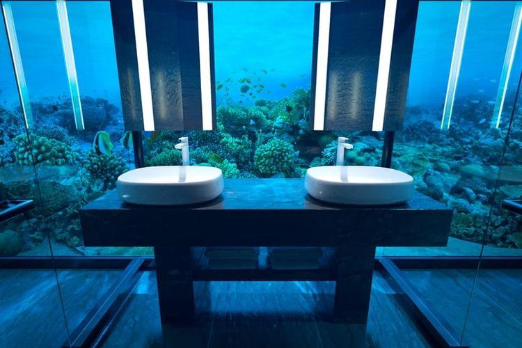 Pengunjung dapat merasakan sensasi membersihkan diri di tengah lautan berisi ikan yang berenang.