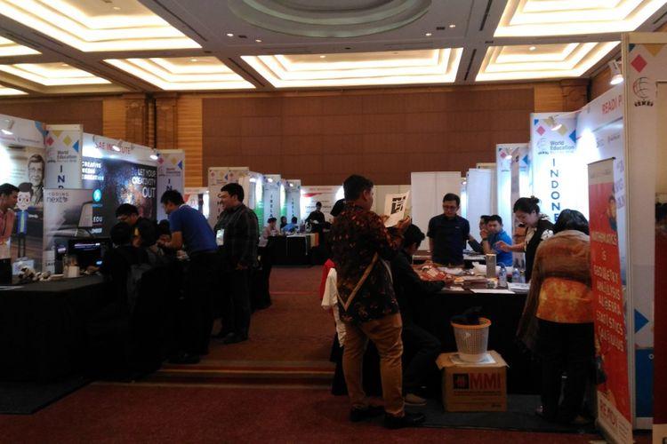 Calon mahasiswa menfari informasi pendidikan tinggi dalam pameran pendidikan di Hotel Pullman, Jakarta, Kamis (2/2/2018)