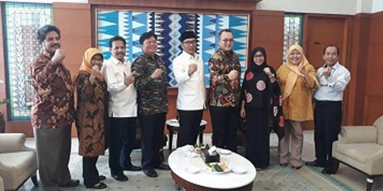 Ridwan Kamil bertemu Rektor IPB Arif Satria dan rombongan membahas perkembangan Program Studi Di luar Kampus Utama, Sekolah Vokasi, Institut Pertanian Bogor (PSDKU SV-IPB) Sukabumi di Kantor Gubernur, Bandung, Rabu (31/10/2018).
