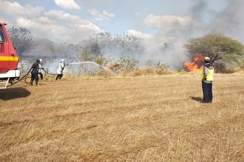 Kebakaran Landa Ujung Landasan Bandara El Tari Kupang
