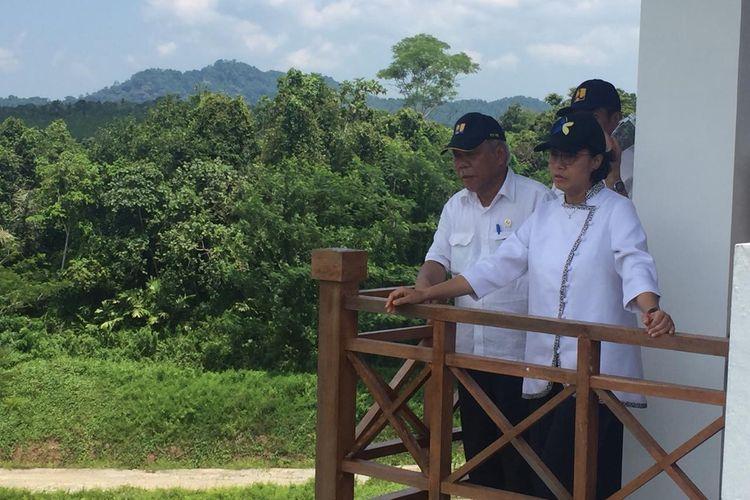 Menteri PUPR Basuki Hadimuljono dan Menteri Keuangan Sri Mulyani saat mengecek proyek Bendungan Sindangheula di Kabupaten Serang, Banten, Jumat (15/3/2019).
