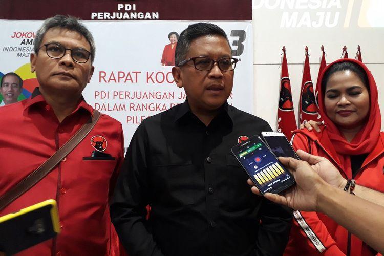 Sekretaris TKN, Hasto Kristianto (tengah) di acara konsolidasi PDIP di Surabaya, Sabtu (16/3/2019)