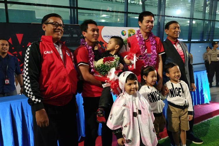 Pasangan ganda putra Indonesia, Mohammad Ahsan/Hendra Setiawan, disambut saat tiba di Bandara Soekarno-Hatta, Tangerang, Banten, Minggu (17/3/2019).